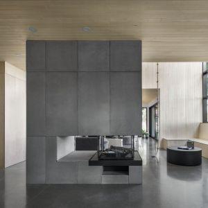 Dom urządzony jest w surowym, minimalistycznym stylu. Projekt: Atelier Schwimmer. Zdjęcia: Adrien Williams