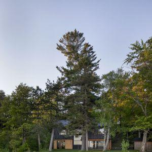 Widok na dom od strony jeziora. Projekt: Atelier Schwimmer. Zdjęcia: Adrien Williams