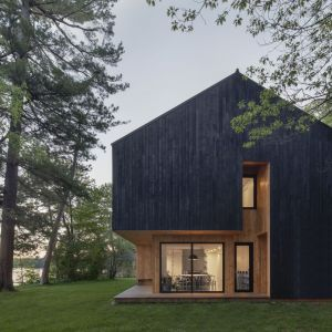 Architekci z Atelier Schwimmer postawili na ciekawą elewację z drewna modrzewiowego, poddanego obróbce termicznej. Projekt: Atelier Schwimmer. Zdjęcia: Adrien Williams