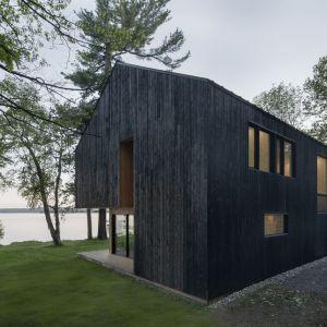 Dom stoi na pięknej działce nad samym jeziorem. Projekt: Atelier Schwimmer. Zdjęcia: Adrien Williams