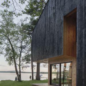 Termowane drewno modrzewiowe. Projekt: Atelier Schwimmer. Zdjęcia: Adrien Williams
