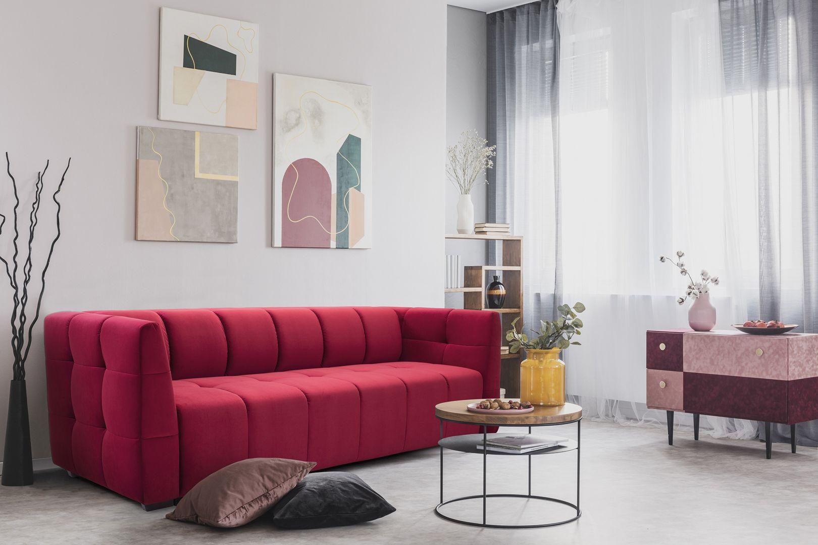 """Designerska linia sofy Gaja, z pionowymi przeszyciami na oparciu, została zainspirowana kanapami w amerykańskich barach i cadillacami. Bryła mebla """"podnosi"""" wizualnie ścianę, dzięki czemu pomieszczenie może wydawać się wyższe niż w rzeczywistości. Ciekawa struktura pikowań sofy idealnie podkreśla bezpretensjonalny charakter wnętrza, dodając mu harmonijnego rysu. Całość wieńczy możliwość dodania oryginalnych zagłówków i przydatna funkcja spania. Fot. Sweet Sit"""