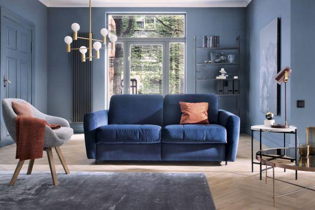 Jaką kanapę wybrać do salonu? Dzisiaj polecamy 5 modnych propozycji w najbardziej trendowym kolorze tego sezonu. Zobaczcie ciekawe niebieskie i granatowe sofy i narożniki!