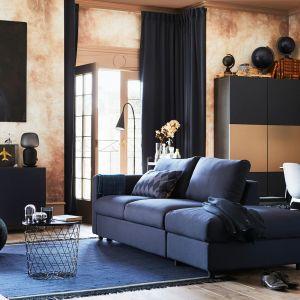 Rozkładana sofa Vimle łatwo zmienia się w przestronne łóżko, a w wewnętrznym schowku zmieszczą się poduszki i kołdra. Fot. IKEA
