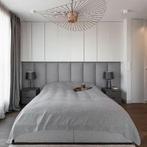 Tapicerowane panele na ścianie za łóżkiem, z dodatkową zabudową meblową. Projekt: Patrycja Dmowska, biuro projektowe Dmowska Design. Zdjęcia Przemysław Kuciński