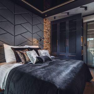 Ciekawy pomysł  na ścianę za łóżkiem wykonaną z czarnych paneli tapicerowanych. Projekt: Agnieszka Hajdas-Obajtek. Fot. Wojciech Kic