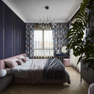 Piękna elegancka sypialnia z tapicerowanym łóżkiem. Projekt: NOKE Architects. Zdjęcia Piotr Maciaszek