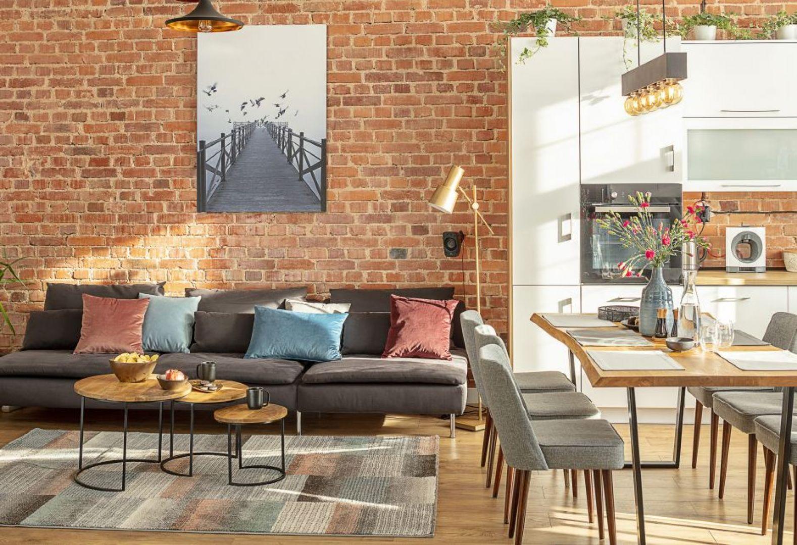 Wnętrze o tej porze roku nie może się obejść również bez poduszek dekoracyjnych, które z powodzeniem możesz przemycić zarówno do sypialni, jak i salonu. Fot. Dekoria