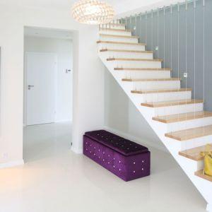 Schody muszą być dopasowane do kształtu klatki schodowej oraz pomieszczeń, przy okazji będąc wygodnymi i trwałymi w użyciu. Projekt: Karolina i Artur Urban. Fot. Bartosz Jarosz