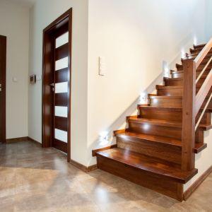 Najchętniej wybierane przez producentów schodów są zazwyczaj gatunki rodzime. Drewnem najbardziej popularnym jest niezmiennie dąb. Fot. JAF Polska
