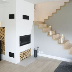Choć dębowe schody są droższe w wykonaniu ze względu na relatywnie wyższą cenę tarcicy dębowej, ich wysoką cenę rekompensuje imponująca żywotność drewna oraz jego niepowtarzalne walory estetyczne. Projekt: Małgorzata Galewska. Fot. Bartosz Jarosz