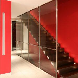 Drewniane schody możemy wykończyć lakierem lub olejem.  Projekt: Małgorzata Szajbel-Żukowska, Maria Żychiewicz. Fot. Bartosz Jarosz