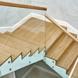 Schody mogą być wyposażone w spocznik, czyli płaską platformę łączącą biegi schodowe. Fot. JAF Polska