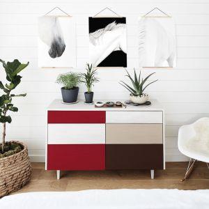 Fronty komody pomalowane emalią Beckers Designer Universal w odcieniach Red Deluxe, Hot Chocolate i Cappuccino będą się stylowo odznaczać na tle jasnych ścian. Fot. Beckers