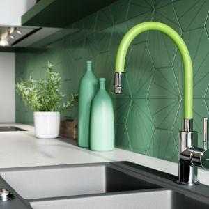 Bateria z zieloną wylewką świetnie prezentuje się na tle oryginalnych, heksagonalnych kafelków zdobiących ścianę. Fot. Ferro
