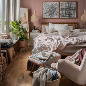 Na zdjęciu: łóżko Nature, fotel Grant z podnóżkiem, koc Safi (na łóżku), poduszka Cleo od Vox. fot. vox