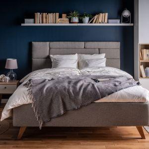 Wybierając łóżko Harmonic z tapicerowanym zagłówkiem, nie musimy zasypywać go poduszkami - miękkie oparcie mamy i tak zapewnione. Fot. Vox