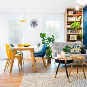 Drewno i kolor w tym salonie tworzą świetny duet.