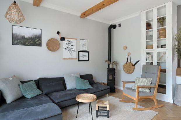 Przytulny salon: modne meble i dodatki z drewna. Zobacz zdjęcia!