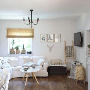 W jasnym salonie znajduje się sporo drewnianych dodatków i mebli. Projekt: Justyna Majewska, Biały Domek Home Decor Justyna Majewska. Fot. Bartosz Jarosz