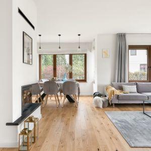 W nowoczesnym salonie dominują jasne kolory i niebieskie akcenty. Projekt: MM Architekci. Fot. Jeremiasz Nowak