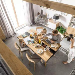 Stół z szufladami z kolekcji Vox Nature. Wykonany w 100% z drewna oraz metalowych wstawek. Od 4490 zł, producent: Meble Vox