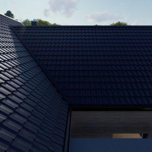 W przypadku bardziej złożonych dachów warto wybrać blachodachówki dwumodułowe. Ich użycie pozwala na zminimalizowanie odpadów powstałych przy cięciu blachy, co z kolei istotnie zmniejsza koszty zużytego materiału przy montażu dachu. Fot. Regamet