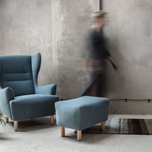 Elegancki niebieski fotel-uszak Muno firmy Marbet. Fot. Marbet