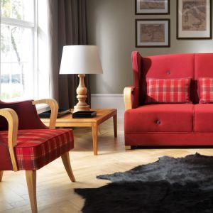 Fotel-uszak Milano firmy Unimebel, w klasycznym zerwonym kolorze i wzorze w kratę.  Fot. Unimebel