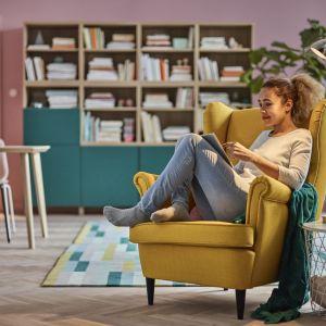 Żółty fotel Strandmon firmy IKEA to jeden z najbardziej znanych i popularnych uszaków. Fot. IKEA