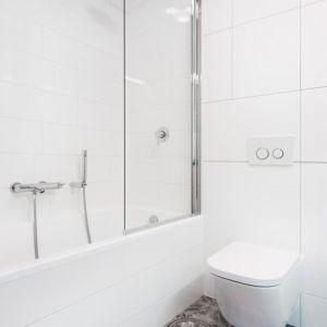 W małej łazience na wannie zamontowano parawan, dzięki czemu może też pełnić funkcję prysznica. Projekt: Krystyna Dziewanowska, zdjęcia Mateusz Torbus/7TH IDEA