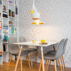 Mała jadalnia w skandynawskim stylu stanęła w otwartej części dziennej. Projekt: Krystyna Dziewanowska, zdjęcia Mateusz Torbus/7TH IDEA