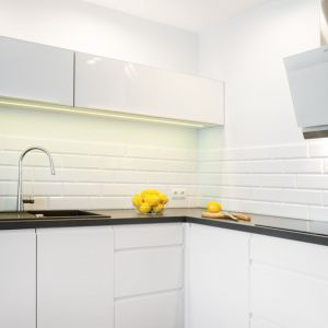 Biało-czarna kuchnia w kształcie litery L. Projekt: Krystyna Dziewanowska, zdjęcia Mateusz Torbus/7TH IDEA