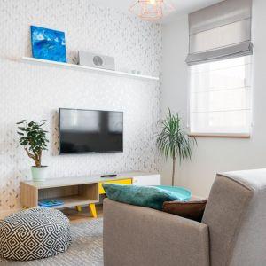 Ściana za telewizorem z tapetą w geometryczny wzór. Projekt: Krystyna Dziewanowska, zdjęcia Mateusz Torbus/7TH IDEA