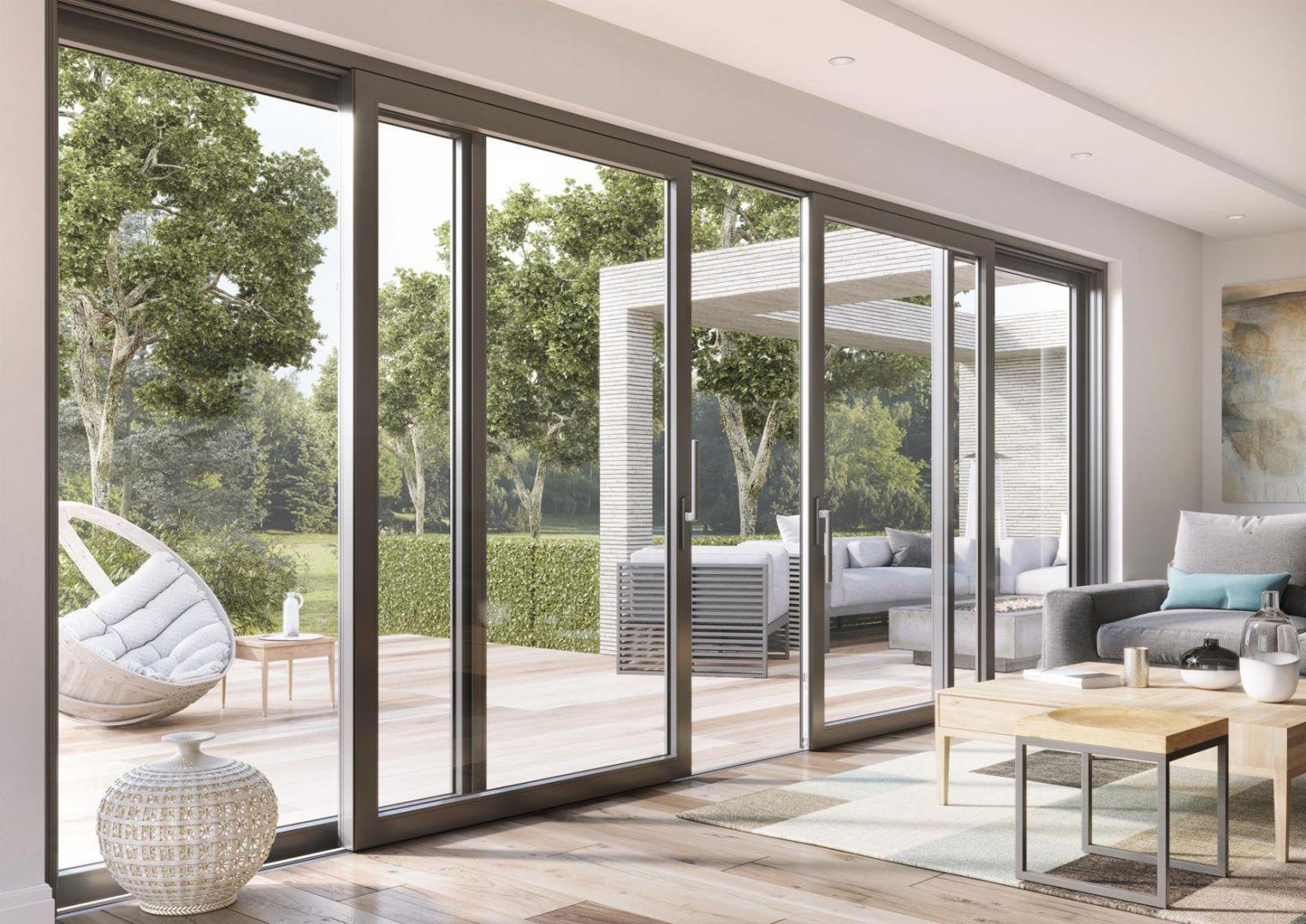 Jako okna tarasowe i balkonowe doskonale sprawdzają się systemy przesuwne. Umożliwiają one tworzenie panoramicznych przeszkleń z niewielką liczbą elementów konstrukcyjnych. Fot. Vetrex