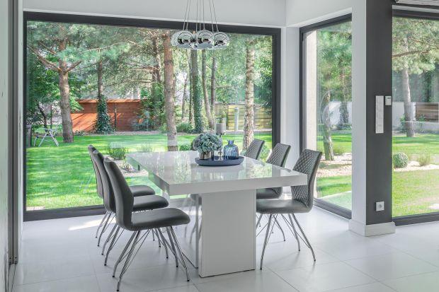 Przeszklone ściany i okna od sufitu do podłogi to częsty widok we współczesnych domach. Wyglądają one bardzo efektownie, aprzy tym rozświetlają wnętrza i zapewniają poczucie nieograniczonej przestrzeni. Podpowiadamy, jakie możliwości proj