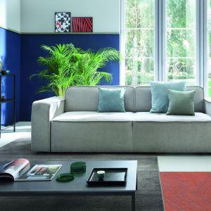 Sofa Modo to mocna, masywna bryła z szerokim bokiem, niskim oparciem oraz siedziskiem ozdobionym geometrycznym przeszyciem. Fot. Sweet Sit
