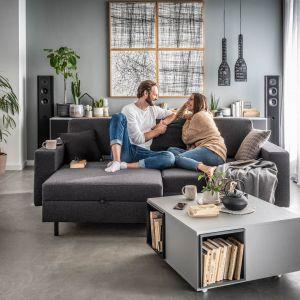 Sofa Slide to wielofunkcyjny mebel, który może pełnić rolę klasycznej kanapy, dwustronnej sofy albo kanapy z jednym lub dwoma szezlongami. Po pełnym rozłożeniu może również służyć jako miejsce do spania. Fot. VOX