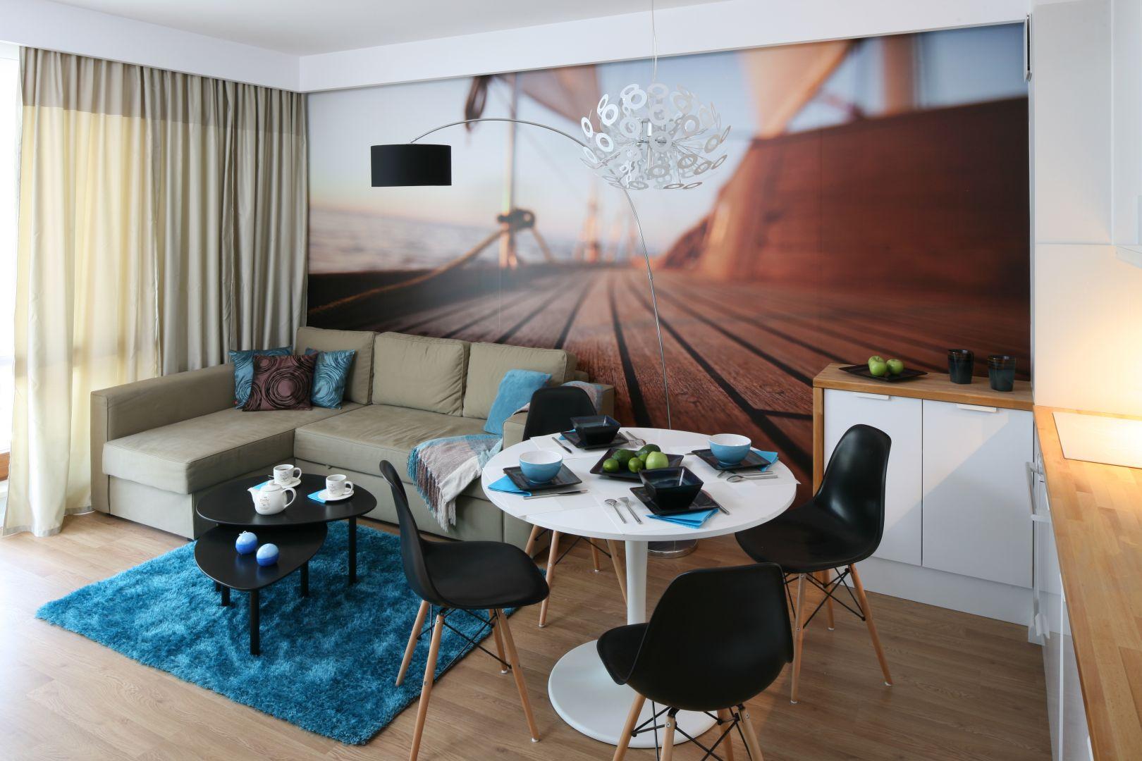 Ścianę za kanapą zdobi trójwymiarowa fototapeta. Projekt Anna Maria Sokołowska. Fot. Bartosz Jarosz