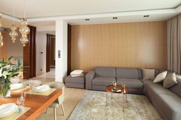 Tapeta, cegła, a może drewno? Ścianę za kanapą nie musi być nudna. Zobaczcie jak ją wyeksponować.