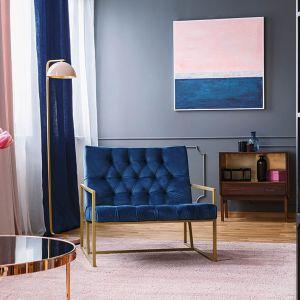 Propozycja szarej ściany w salonie według marki Dekoral. Fot. Dekoral