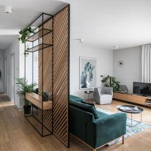 Przedpokój od salonu oddziela ściana z dębowego drewna, która pełni też funkcję kwietnika. Projekt: Marta i Michał Raca, pracownia Raca Architekci. Zdjęcia: Fotomohito
