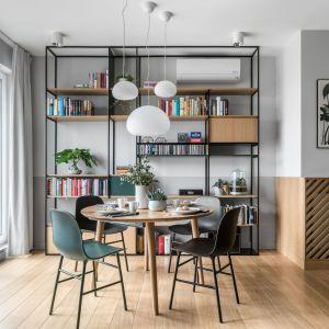 Okrągły stół w jadalni. Krzesła to markaNorman Copenhagen. Przy ścianie stanęła piękna zabudowa w loftowym stylu. Projekt: Marta i Michał Raca, pracownia Raca Architekci. Zdjęcia: Fotomohito