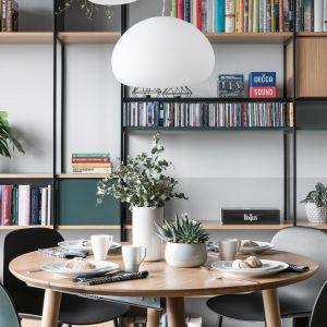Lampy wiszące to model Fluid marki Muuto. Projekt: Marta i Michał Raca, pracownia Raca Architekci. Zdjęcia: Fotomohito