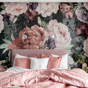 Ścianę za łóżkiem w sypialni zdobi tapeta w kwiaty, która nadaje sypialni wyjątkowy klimat. Projekt: Marta Wierzbicka-Patejuk. Fot. Aleksandra Dermont