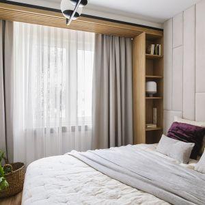 Ścianę za łóżkiem w sypialni zdobi jasny zagłówek wykończony skóra. Projekt: Kowalczyk-Gajda Studio Projektowe. Fot. kroniki.studio