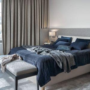 Ścianę za łóżkiem wykończono jasnymi kolorami. Zdobią ją szary zagłówek. Projekt: Katarzyna Kraszewska. Stylizacja: Eliza Mrozińska. Fot. Tom Kurek