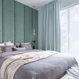 Ścianą za łóżkiem jest mocnym elementem w sypialni. Zdobi ją tapicerowany zagłówek w pięknym kolorze. Projekt: Alina Fabirowska. Fot. Pion Poziom Fotografia Wnętrz