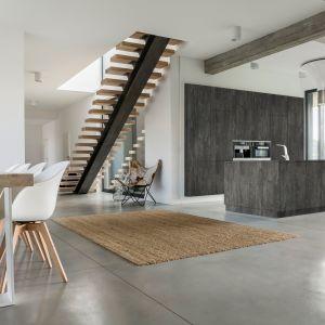 W kuchniach chętnie sięgamy po wzory jednobarwne, jak też inspirowane kamieniem i betonem oraz drewnem. Fot. Rejs