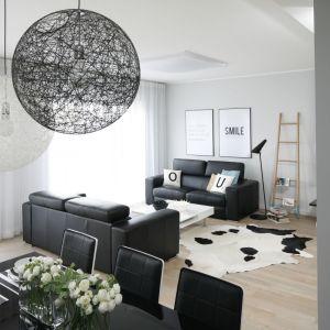 W salonie dwie skórzane sofy ustawiono naprzeciwko siebie. Projekt Beata Kruszyńska. Fot. Bartosz Jarosz